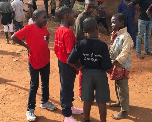 Street children talking with Sandy